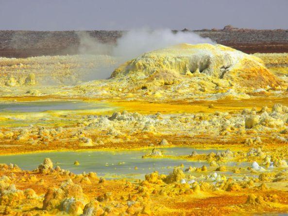 Op de berg Dalol in de Afar-driehoek kwelt het grondwater naar boven, dat voordien boven de hete magna in de diepte werd verhit. Op zijn weg door de aardkorst heeft het mineralen zouten met bijmengingen van ijzer uitgeloogd die aan de oppervlakte uitkristalliseren.
