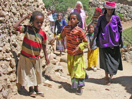 Samen op weg naar het dorpje Koremi ©Lou Andreoli